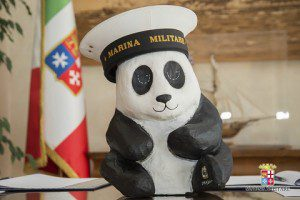 20150410_accordo Marina Militare e WWF per un Mediterraneo di qualità_il panda WWF con il berretto della Marina Militare