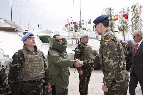 rey_viaje_libano_20150408_il re Filippo VI con gli artificieri spagnoli_UNIFIL_Ph Casa Real