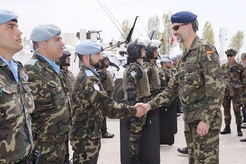 rey_viaje_libano_20150408_re Filippo VI con la Guardia Civil_UNIFIL_Ph Casa Real