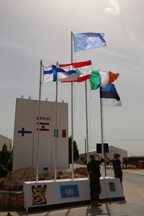 20150527_La bandiera estone viene issata presso la posizione UN 2-45