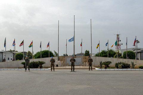 20150527_Le bandiere che sventolano all'interno della base di Shama
