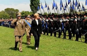 ESERCITO_MINISTRO PINOTTI pasa in rassegna i reparti accompagnata dal Gen Graziano e dal Gen. ERRICO