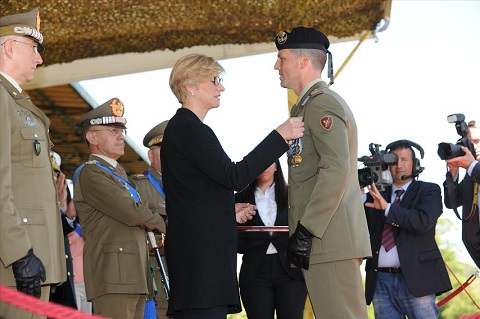 ESERCITO_Ministro Pinotti insignisce C.le Magg. Capo Gennaro D'Agostino con Medaglia d'Argento al Valore dell'Esercito