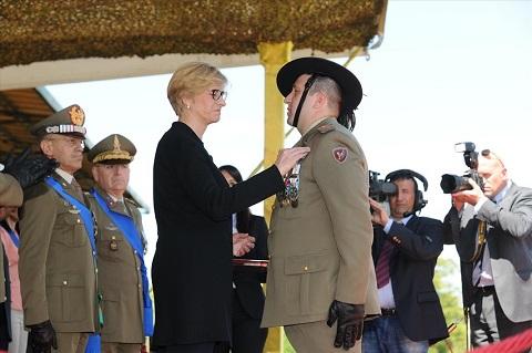ESERCITO_Ministro Pinotti insignisce C.le Magg. Capo Pasquale Mele con Medaglia d'Argento al Valore dell'Esercito