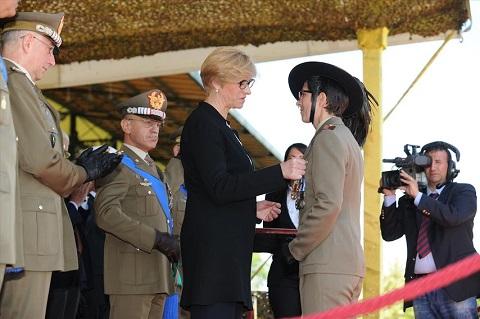 ESERCITO_Ministro Pinotti insignisce C.le Magg. Scelto COntrafatto con Medaglia d'oro al Valore dell'Esercito