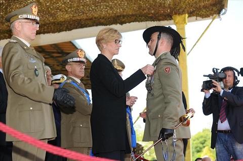 ESERCITO_Ministro Pinotti insignisce Maresciallo CApo Luca Costanzo con Medaglia di Bronzo al Valore dell'Esercito