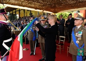 ESERCITO_Ministro Pinotti insignisce bandiere Esercito con MOVM