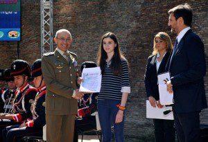Il Capo di Stato Maggiore dell'Esercito Generale di Corpo d'armata Danilo Errico consegna uno Stato di Servizio