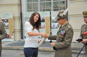 Il Generale Berto consegna il foglio matricolare di Grattapaglia Giovanni alla pronipote Erika Grattapaglia