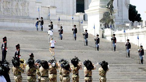 Il Tedoforo Sergente Raffaele Pisano sulla scalea dell'Altare della Patria