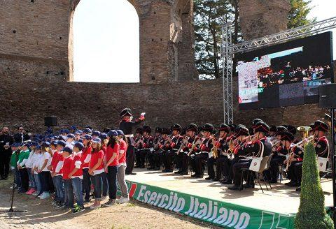 La Musica d'Ordinanza della Brigata Granatieri di Sardegna con il coro dell'Istituto Giovanni Paolo II di Ostia