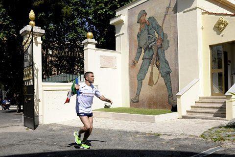 il tedoforo, impugnando il Tricolore, ha attraversato l'area espositiva allestita in Santa Croce in Gerusalemme