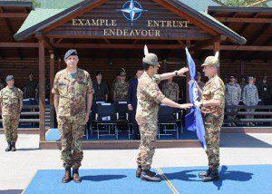 20150609_KFOR_il Col. Cavalli cede la bandiera del MNBG-W al Gen. Div.  Figliuolo
