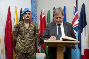 20150624_UNIFIL gen Portolano_EU commissario pol allargamento Hahn_Firma dell'Albo d'Onore