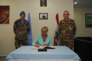 2015003-Il Ministro Pinotti firma l'Albo d'Onore_SW UNIFIL