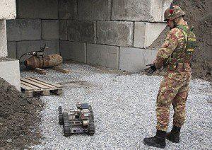 Esercito Italiano_artificiere ispeziona bomba con robot