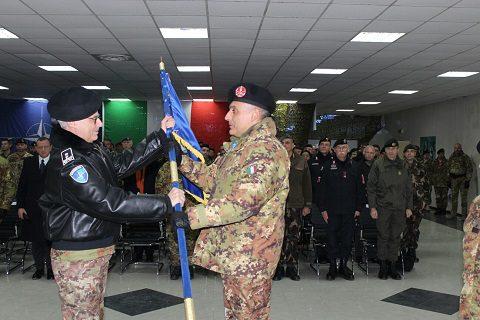 20151211_Il Gen. Miglietta consegna la bandiera NATO al Col. Sarcià APERTURA