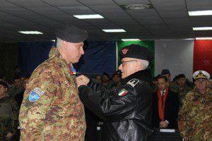 20151211_Il gen. Miglietta consegna la medaglia NATO al Col. Forte