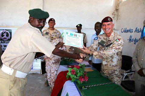 20151218_EUTM Somalia_CIMIC Esercito il Col. Mencaraglia consegna il diploma ad un agente di custodia