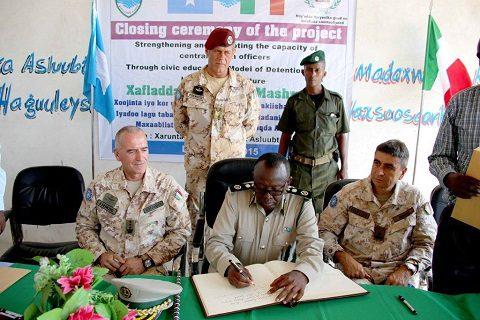 20151218_EUTM Somalia_CIMIC Esercito il Generale Jama firma l'albo