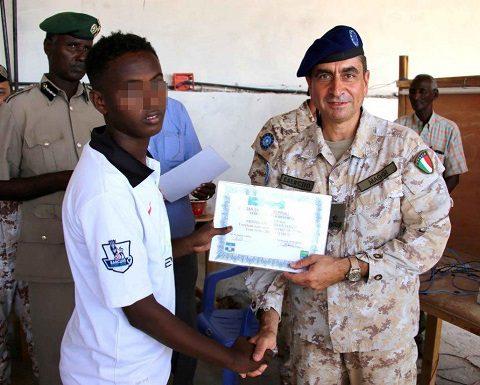 20151218_EUTM Somalia_CIMIC Esercito il Generale Maggi consegna il diploma ad un detenuto