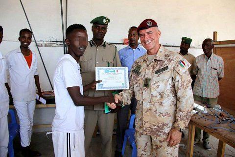 20151218_EUTM Somalia_CIMIC Esercito_il Col Mencaraglia consegna il diploma ad un detenuto