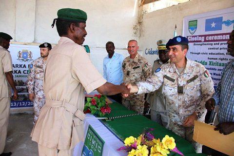 20151218_EUTM Somalia_CIMIC Esercito_il Gen. Maggi consegna il diploma ad una guardia di custodia