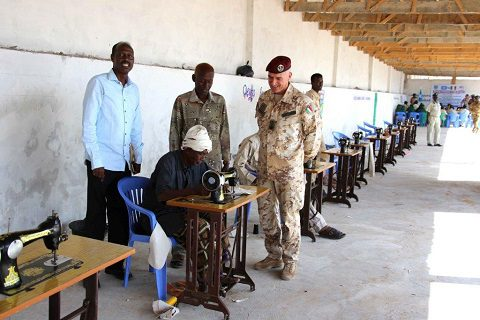 EUTM Somalia_personale detenuto in attivita' lavorativa con macchine da cucire donate dal contingente italiano il 18.4.15