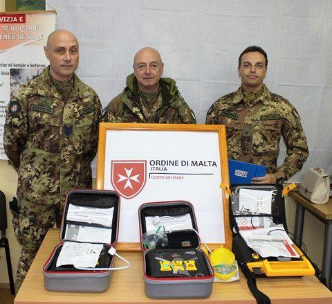 La delegazione dell'ACISMOM dona i defibrillatori