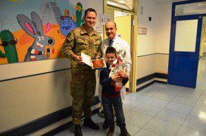 20160318_Dono del Crest Scuola Fanteria al Reparto di Oncologia Pediatrica del Policlinico Gemelli