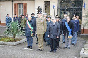 Alzabandiera solenne il sindaco di Gorizia il generale comandante e il vice prefetto vicario.