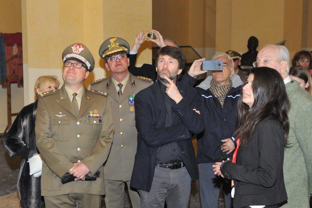 Il Ministro Franceschini con il Generale di Brigata Tornabene e il Direttore, colonnello Milone, all'interno del Museo-1