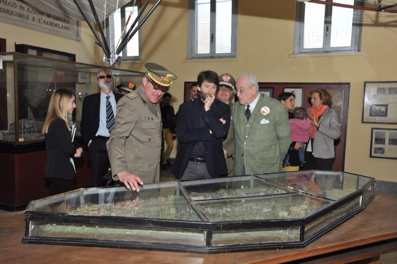 Il Ministro Franceschini e il Presidente Carandini ossevano un plastico spiegato dal Direttore del Museo, Colonnello Milone
