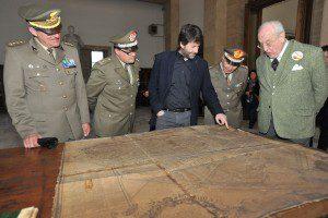 Il Ministro Franceschini e il Presidente Carandini ossevano una carta topografica dellìepoca spiegato dal Direttore del Museo, Colonnello Milone