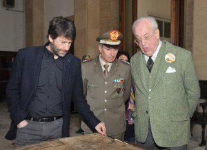 Il Ministro Franceschini e il Presidente Carandini ossevano una carta topografica dell'epoca insieme al Generale di Divisione Biancafarina