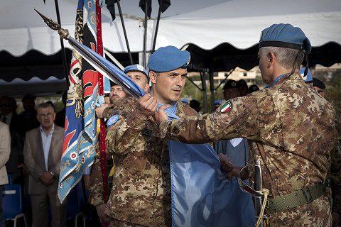 Il Colonnello Quarto cede la bandiera dell'ONU