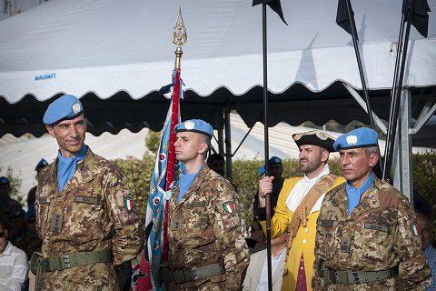 Il colonnello Rosa con il Sottufficiale di Corpo e la Bandiera colonnella
