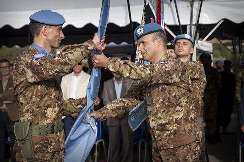 Il colonnello Rosa riceve la bandiera dell'ONU