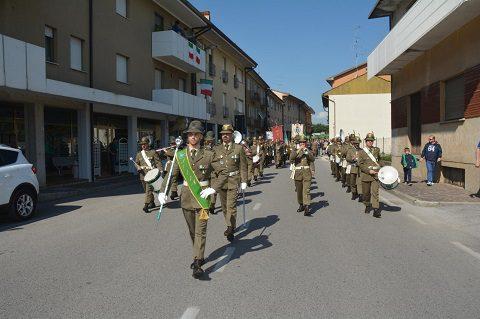 Corte nella citta_ di Majano con banda della Brigata alpina Julia