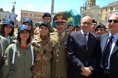 lecce 21 maggio Piazza S.Oronzo il Capo di SME e il Senatore La Torre con alcuni rappresentanti della Delegazione