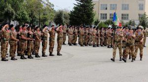 lo stendardo del 4° Reggimento Carri si inserisce tra i reparti schierati in Piazza d'Armi