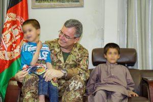 Gen. Mirra con i bambini dell'orfanotrofio