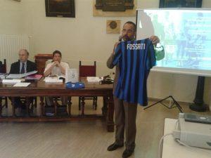 Il Colonnello DECHIGI mostra la maglietta ricevuta dalla FC Inter in ricordo della ricorrenza
