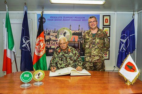 Il Ministro della Difesa Afghana firma l' Albo D'onore