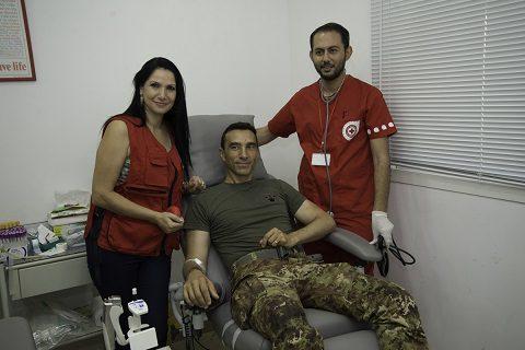 La presidente della Croce Rossa di Tiro con il colonnello Rosa