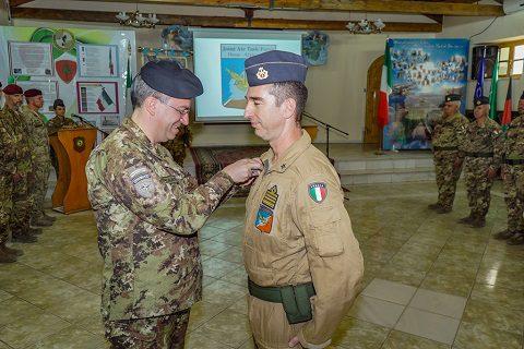 il Gen Mirra appunta la medaglia Commemorativa di missione