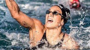 """RIO DE JANEIRO (BRASILE) (ITALPRESS) - Arrivano medaglie anche nel giorno di Ferragosto per i colori azzurri. L'azzurra Rachele Bruni, infatti, ha conquistato la medaglia d'argento nella 10 km di nuoto di fondo chiudendo la gara a Fort Capocabana con il tempo di 1h56""""49.5. L'oro e' andato all'olandese Sharon Van Rouwendaal (1h56""""32.1), argento inizialmente era andato alla francese Aurelie Miller (1h56""""48.7) che pero' e' stata squalificata per scorrettezze nel rush finale proprio ai danni dell'azzurra. Le brasiliane Cunha e Okimoto cominciano forte, mentre la Bruni rimane nel gruppo. L'italiana completa il secondo parziale con 1h01'04""""0 in settima posizione, ma recupera nel terzo passaggio saltando al secondo posto con un tempo di 1h29'33""""4 ai 7.48 km. Le gerarchie mutano in continuazione e la cinese Xin Xin entra nella lotta per una medaglia, ma l'olandese van Rouwendaal rimane in testa prendendosi l'oro con 1h56'32""""1. Gli ultimi metri sono serratissimi per l'argento, con la francese Muller che supera l'italiana e tocca per seconda, ma viene subito dopo squalificata per scorrettezze. E' la 22esima medaglia italiana: 7 ori, 9 argenti e 6 bronzi per i colori italiani.(ITALPRESS)."""