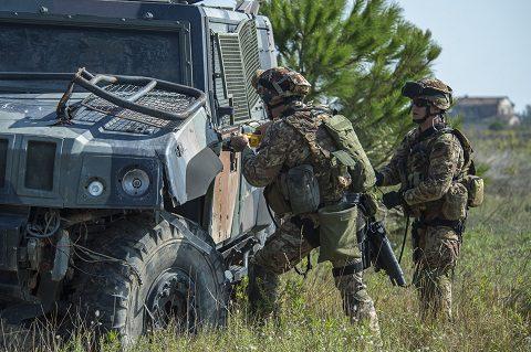 apertura-rapida-di-un-vtlm-effettuato-da-due-fanti-aeromobili-appartenti-al-66-reggimento