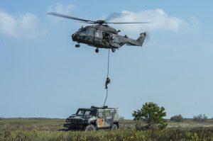 personale-del-66-reggimento-aeromobile-nellesecuzione-di-una-discesa-in-fast-rope