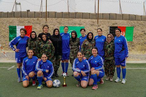 le-giocatrici-italiane-con-le-colleghe-militari-afgane